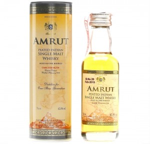 AMRUT PEATED INDIAN SINGLE MALT WHISKY CASK STRENGTH 0,05L + PUSZKA